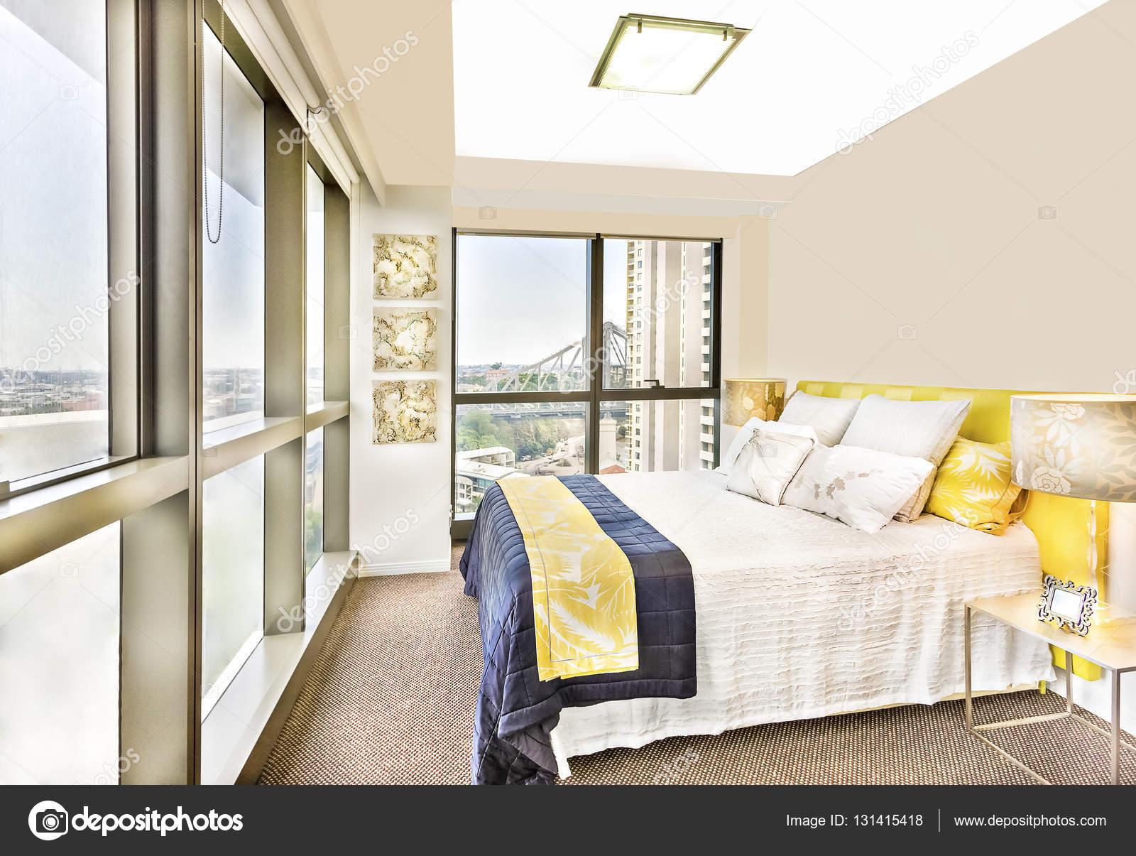 https://st3.depositphotos.com/1040772/13141/i/1600/depositphotos_131415418-stockafbeelding-glanzende-slaapkamer-met-ontwerpen-en.jpg
