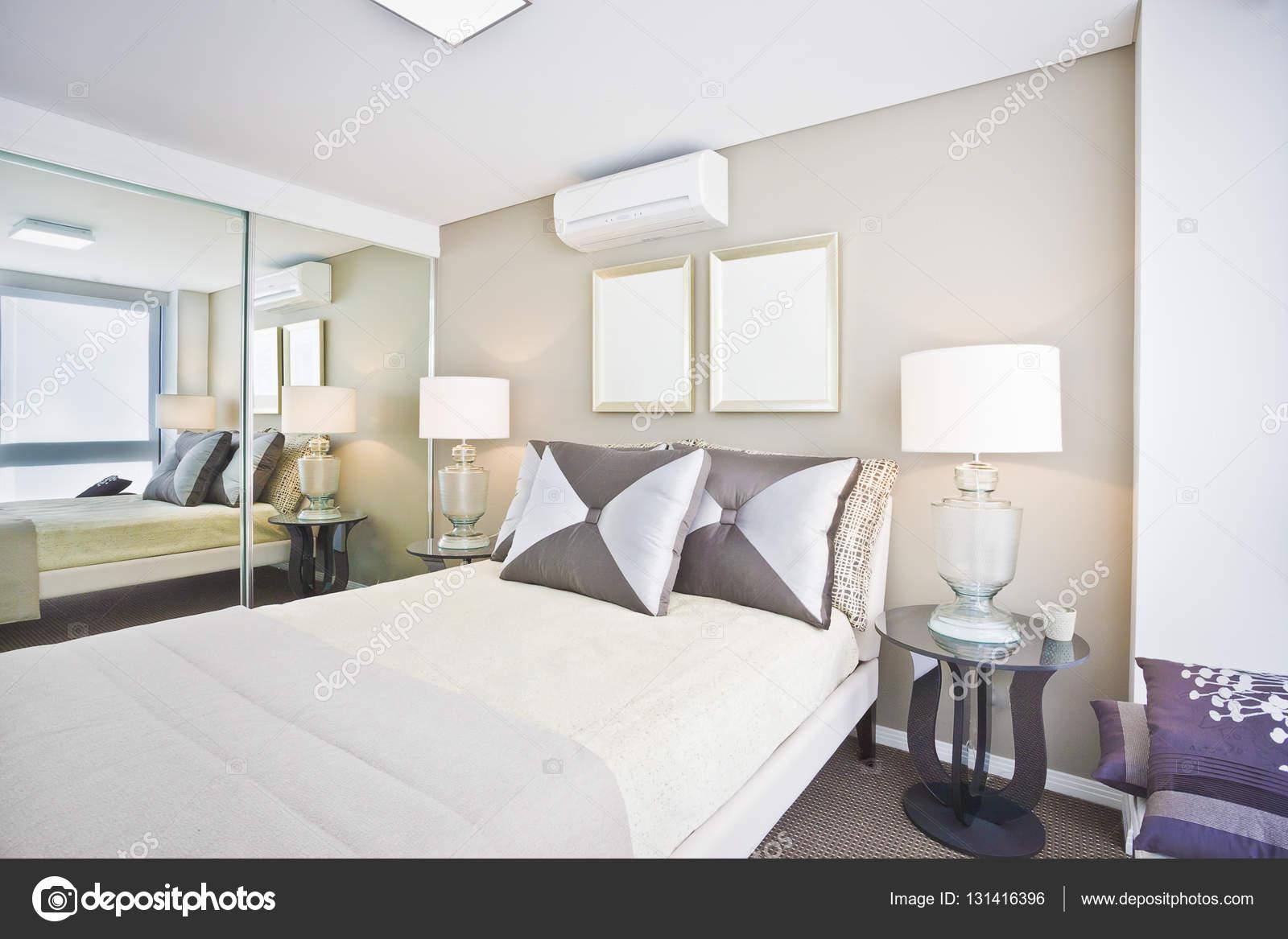 Camera da letto classica della casa moderna con bianco letto e ...