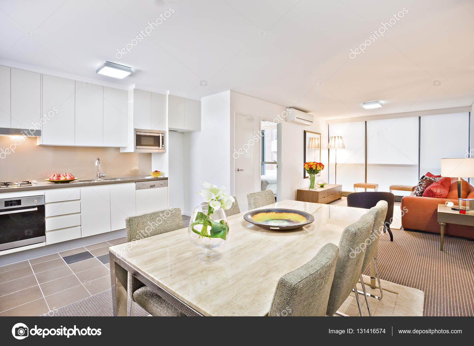 Luxus-Küche mit weißen Esstisch und sofa — Stockfoto © jrstock1 ...