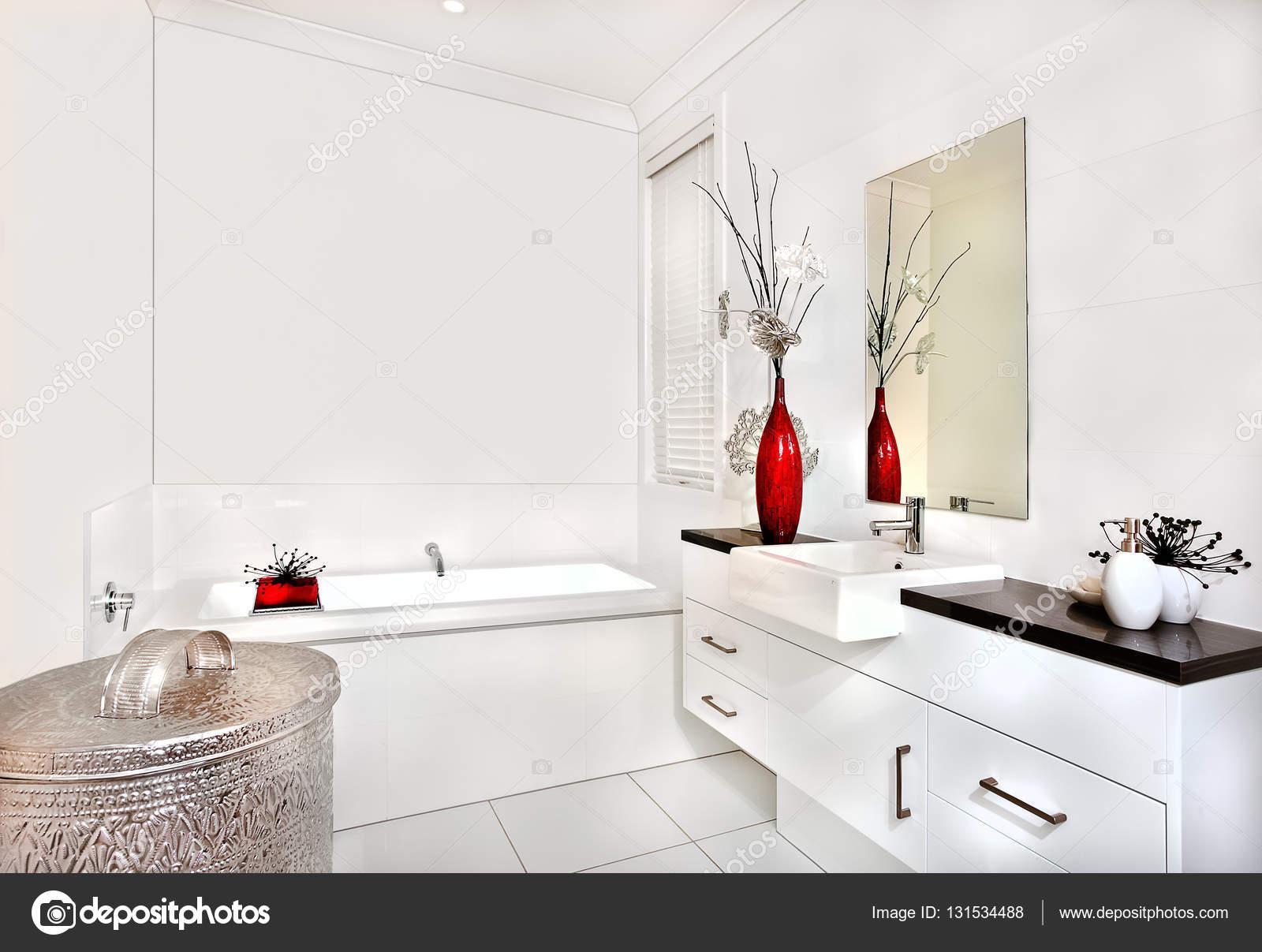 Vasca Da Bagno Per Hotel : Bagno con vasca da bagno e interni di casa moderna o hotel u foto