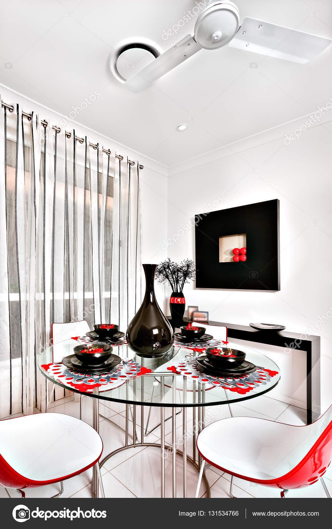 Gros plan d\'une moderne salle à manger avec une table en ...