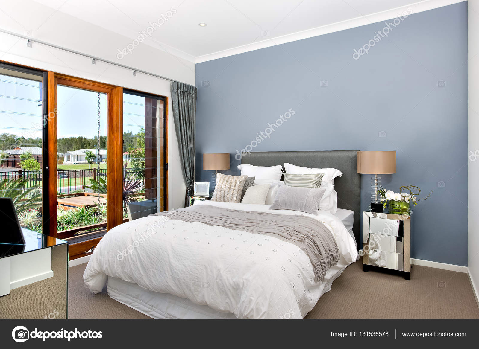Luxe slaapkamer interieur met moderne decoraties — Stockfoto ...