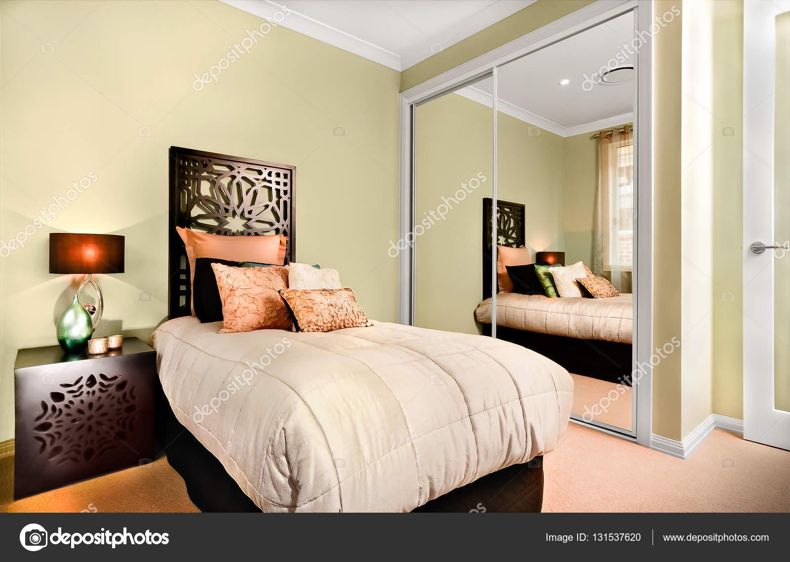 Luxe interieur slaapkamer \'s nachts met een modern eenpersoonsbed ...