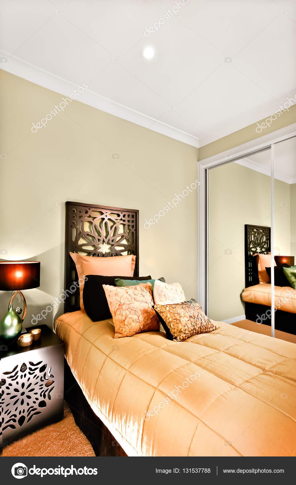 Moderna camera da letto singola closeup concentrando il ...
