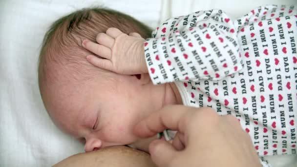 Mutter Stillen ihr Neugeborenes baby