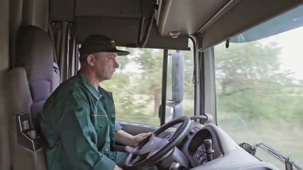 Řidič kamionu v autě