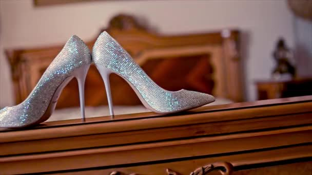 Svatební boty nevěsta stojí na Ded
