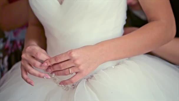 nevěsta ruce na svatební šaty