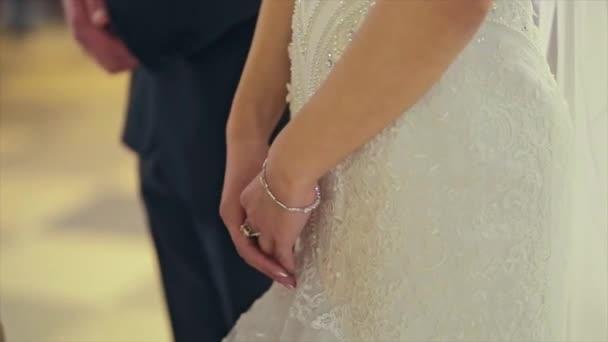 Svatební pár, nevěsta a ženich ruce