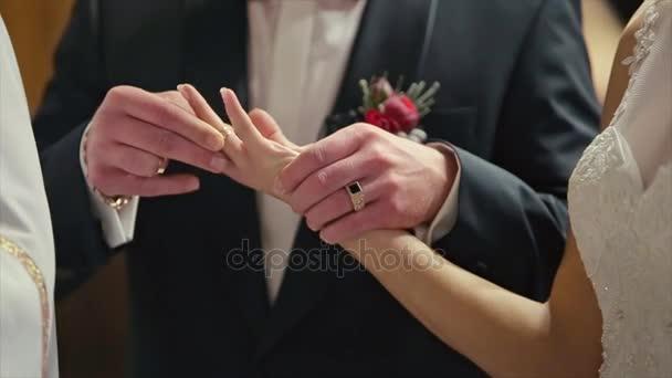 Lo sposo porta la fede nuziale sulla mano di Womans Sposa Cerimonia