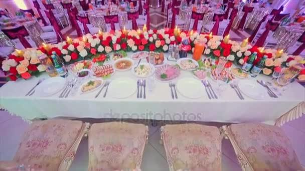 Innenraum der Hochzeitssaaldekoration für Gäste bereit