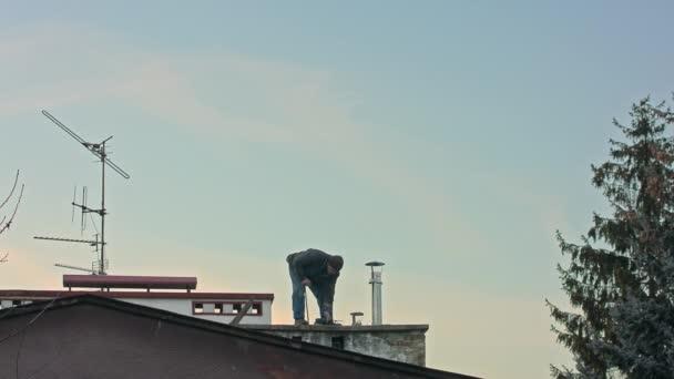 Bauarbeiter mit Schraubendreher