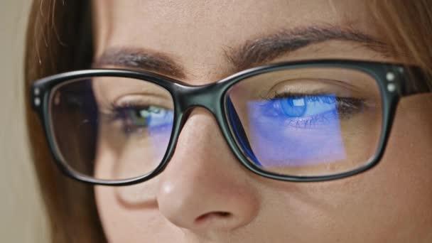 Žena oči s brýlemi
