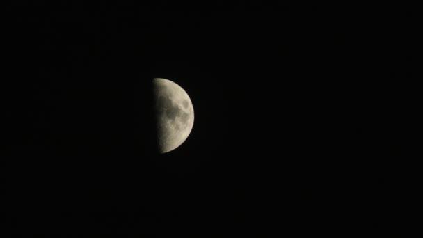 Měsíc za noční obloha