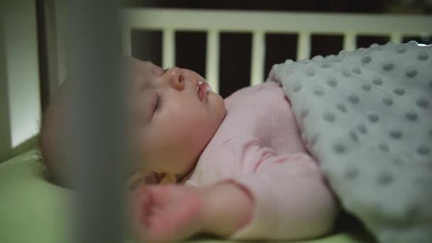 Boční pohled na spaní novorozence Dolly střílel zblízka
