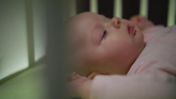 Boční pohled na probouzející se novorozeně Dolly střílel zblízka
