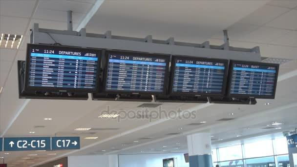 Informační tabule v terminálu letiště lety
