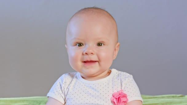 dítě sedí a s úsměvem
