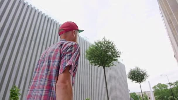 Mladí Readhead bokové v klobouku chodí na ulici