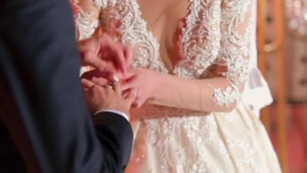 Sposa che mette un anello di nozze sposi del dito