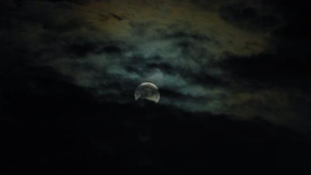 Nový měsíc a mraky na obloze Pitchblack