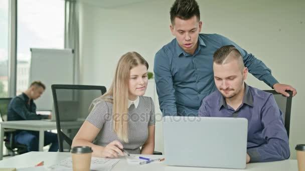 Emberek csoport használ Laptop Modern indítási hivatalban