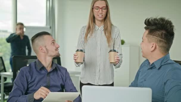Dva muži pracují na přenosném počítači