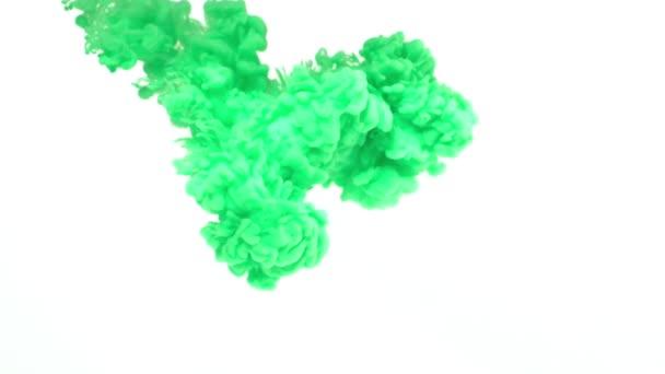 inchiostro verde in acqua