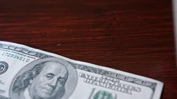 Rozdmýchal hromadu sto dolarové bankovky na stůl