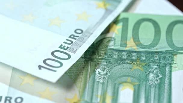 Cölöp-ból száz Euro-bankjegyek az asztalra