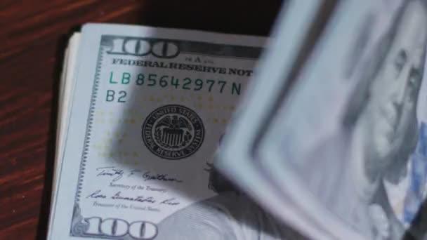 Halom, száz dollár-bankjegyek az asztalra