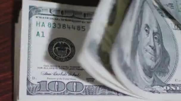 Hromadu sto dolarové bankovky na stůl