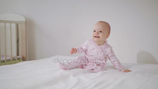 Dětská Crawling na všech čtyřech na posteli