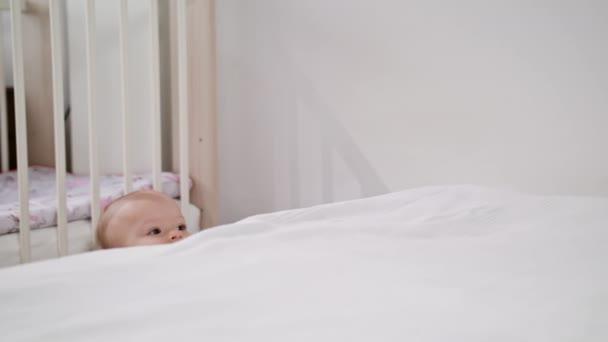 Közel az ágy, otthon állandó baba