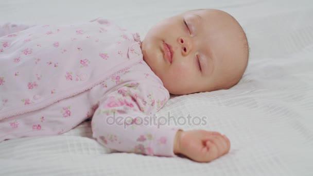 Miminko spí zvuk na posteli