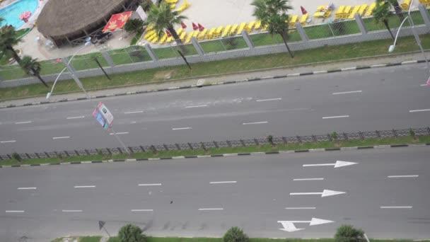 Autos auf einer Autobahn. Straßenmarkierung