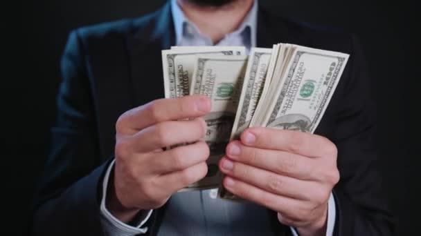 Muž v černé bundě a bílou košili, držení hotovosti