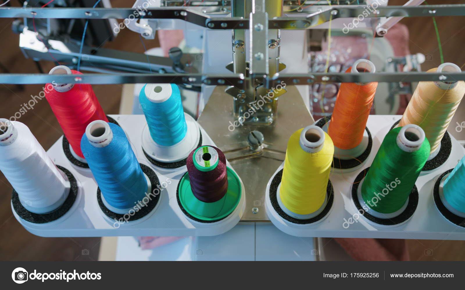 Madeja hilo soporte para máquinas de bordado — Fotos de Stock ...