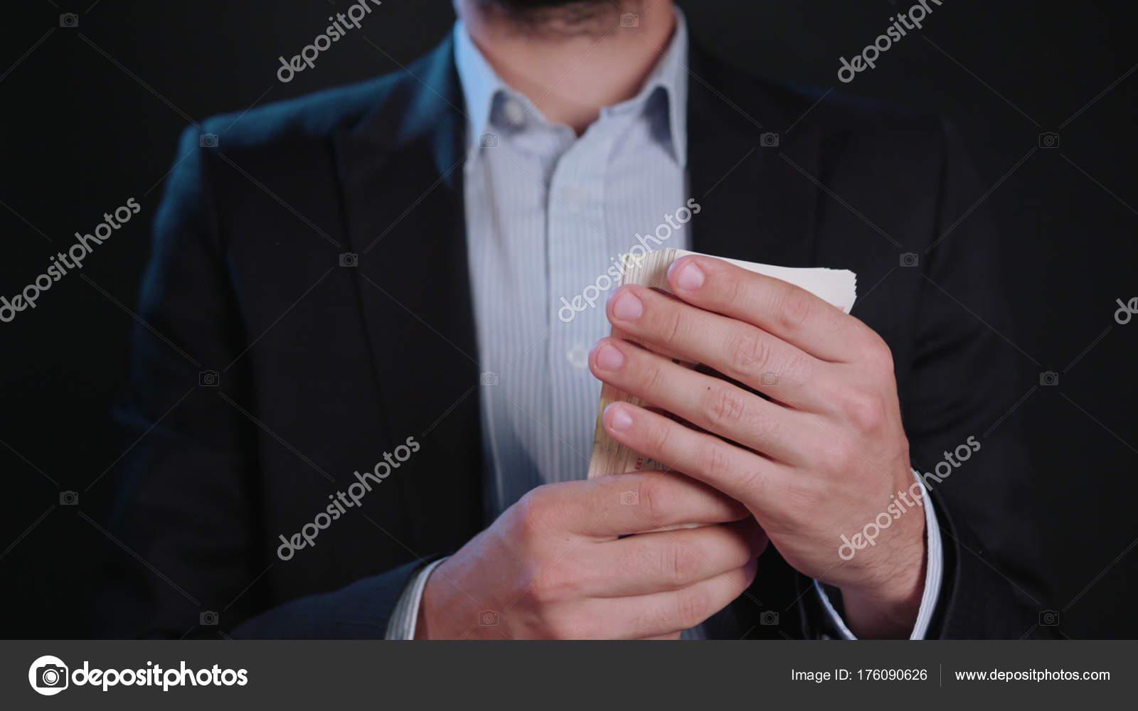 uomo e giacca che nera in aveva camicia Un soldi bianca dIvwOI