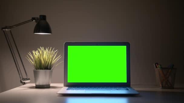 zöld hordozhatószámítógép-képernyő