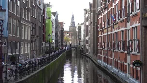Holandské kolo připoutaný na vodní kanály