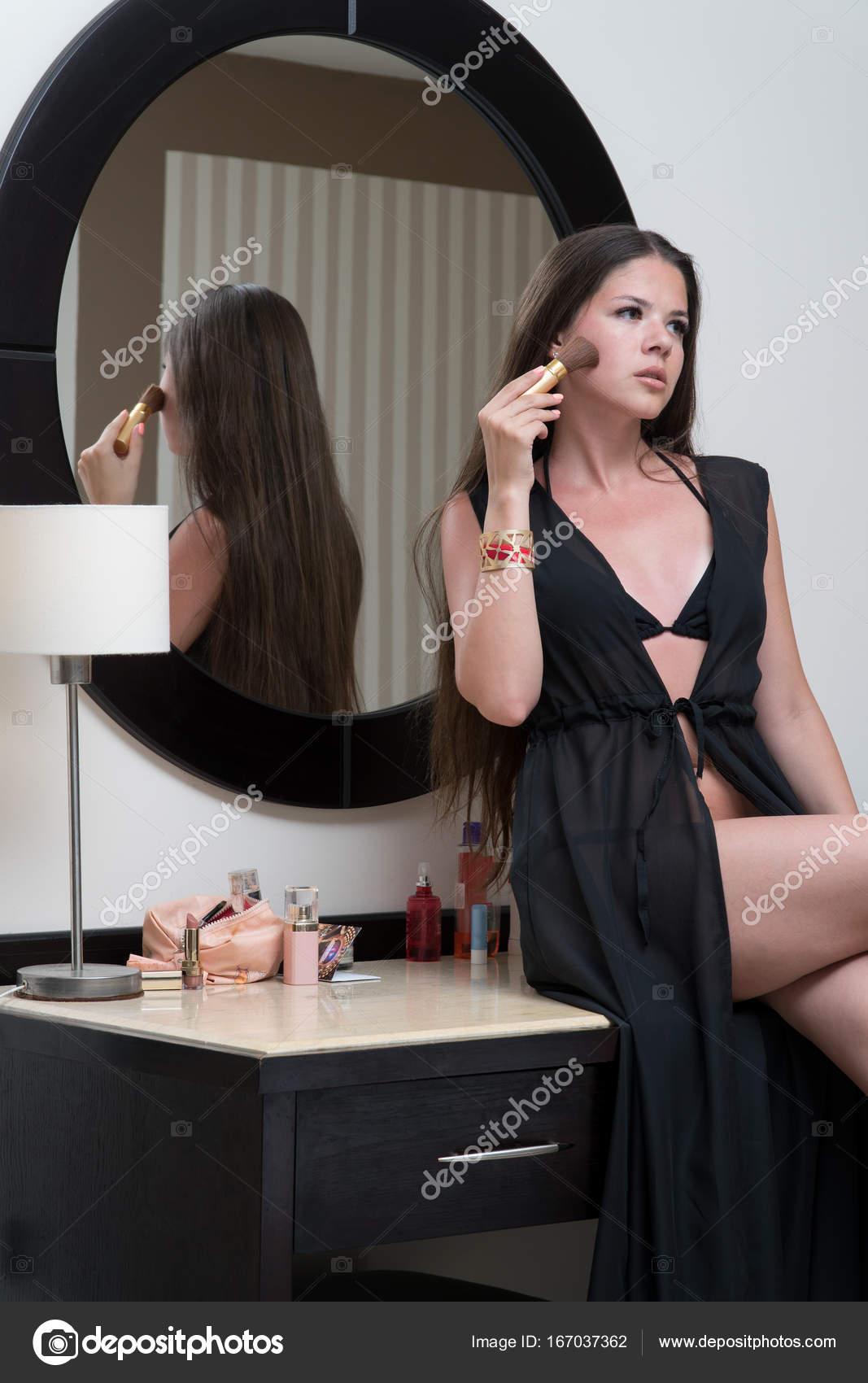 devushka-v-kupalnike-fotografiruet-sebya-pered-zerkalom-blondinka-nebolshie-russkie-devushki-skritoy-semki