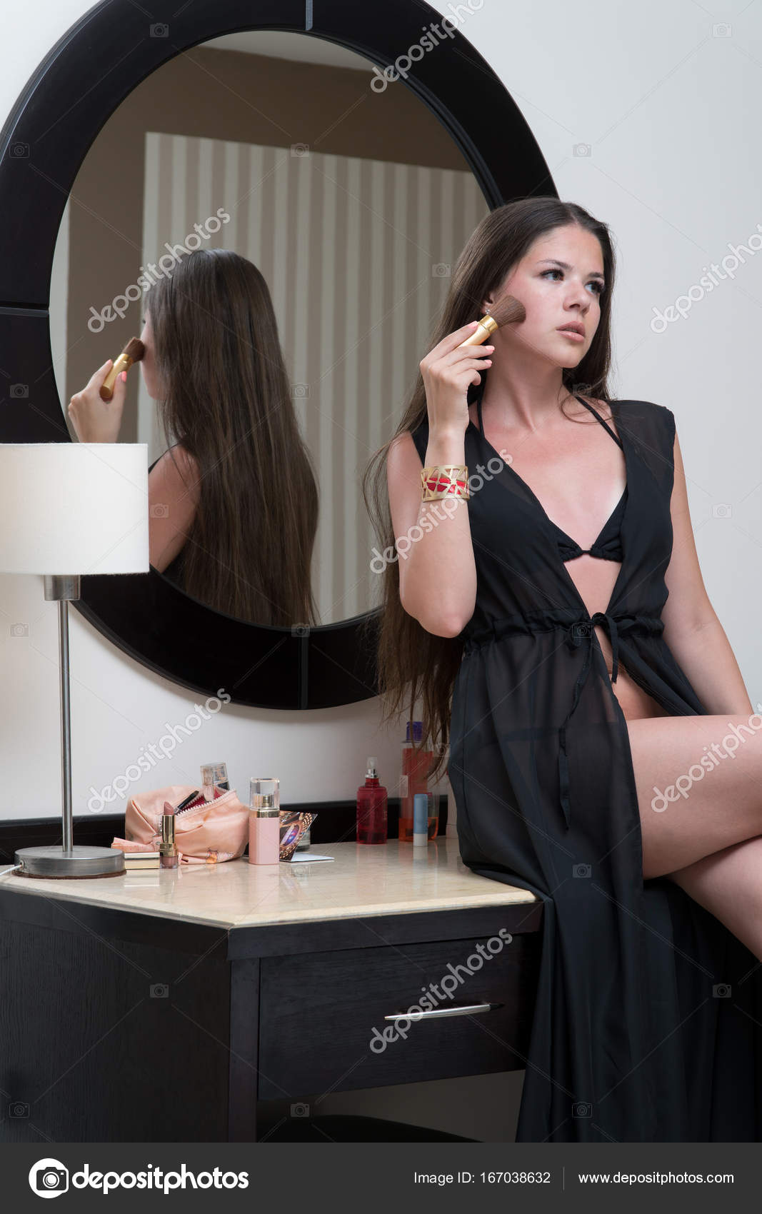 Девушка сидит на лице 2