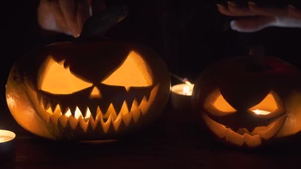 A fő feltételek mellett, a sütőtök a boszorkány a hátulról egy varázslat vet... Gyönyörű fiatal nő boszorkány kalap és jelmez gazdaság faragott sütőtök. Halloween art design.