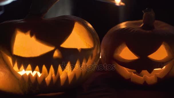 Na hlavních podmínek dýně čarodějnice vrhá kouzlo zezadu... Krásná mladá žena v klobouku čarodějnice a kostýmu drží vyřezávané dýně. Umění design Halloween
