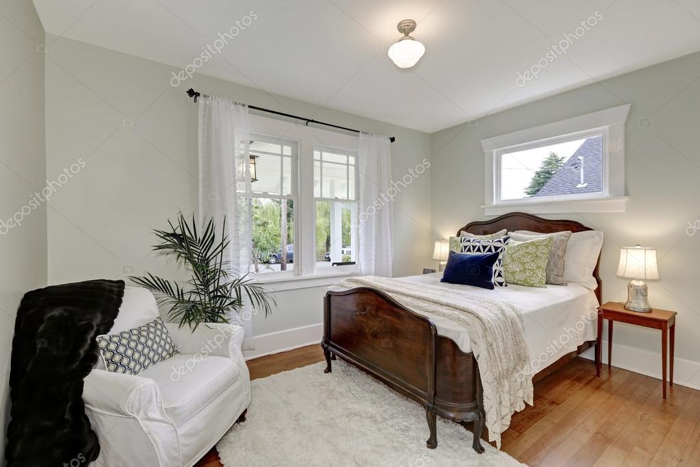 Camere Da Letto Arredate Vintage : Interno bianco camera da letto con letto in legno depoca u2014 foto