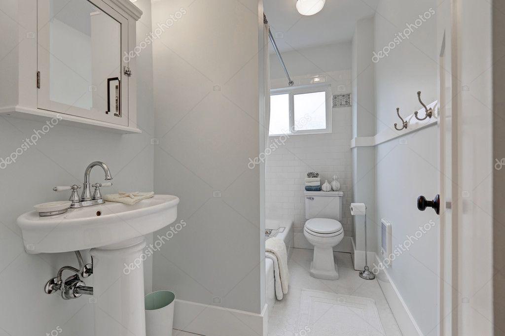 Interiore di stanza da bagno vecchio stile in piccola casa for Piani di casa vittoriana vecchio stile