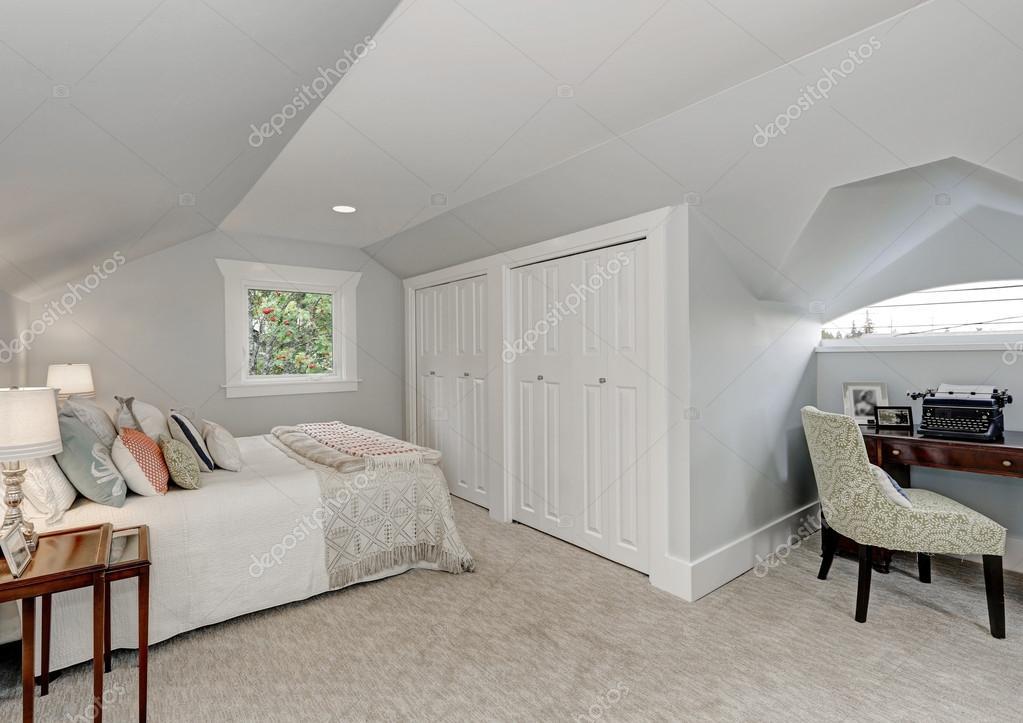 Interno camera da letto mansarda arredate in modo semplice — Foto ...