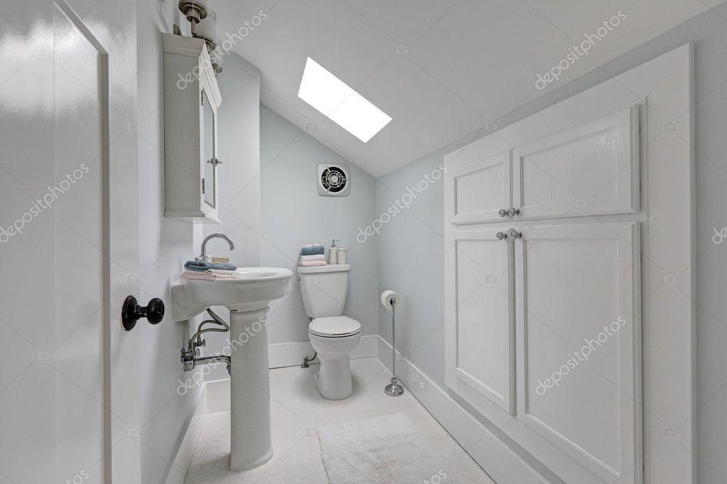 Badkamer Met Dakraam : Halve badkamer interieur met dakraam op de zolder u2014 stockfoto