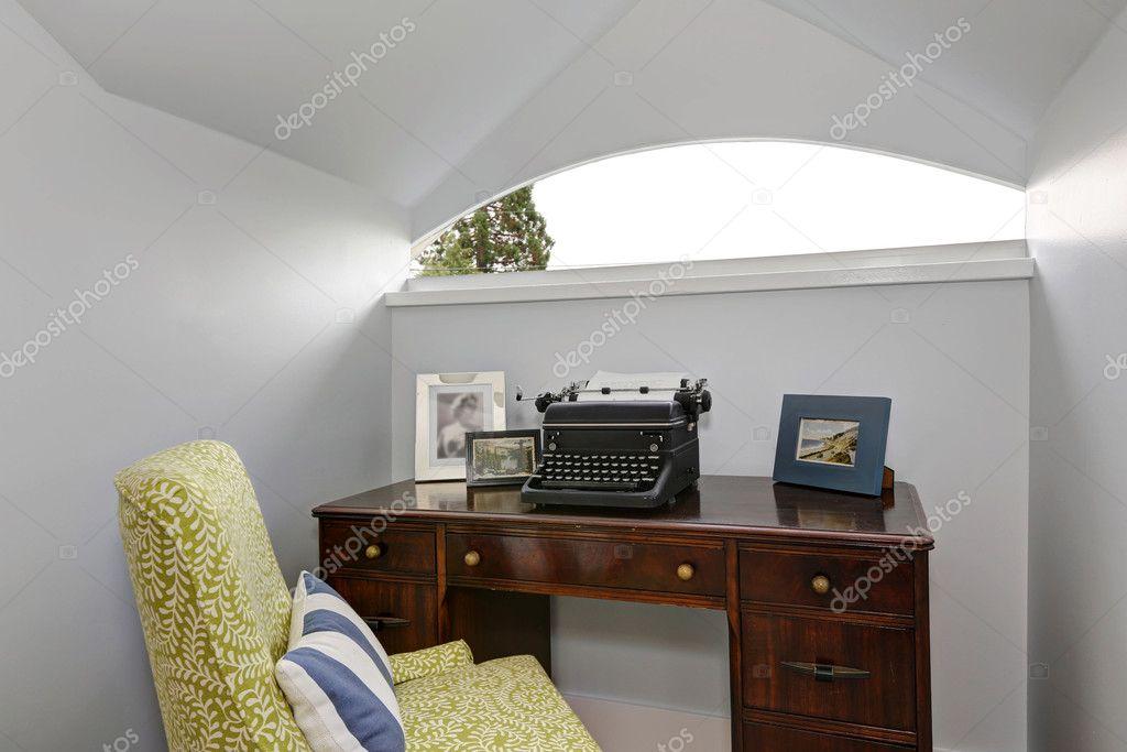 Kantoor Aan Huis : Kantoor aan huis klein gebied met retro typen machine u stockfoto